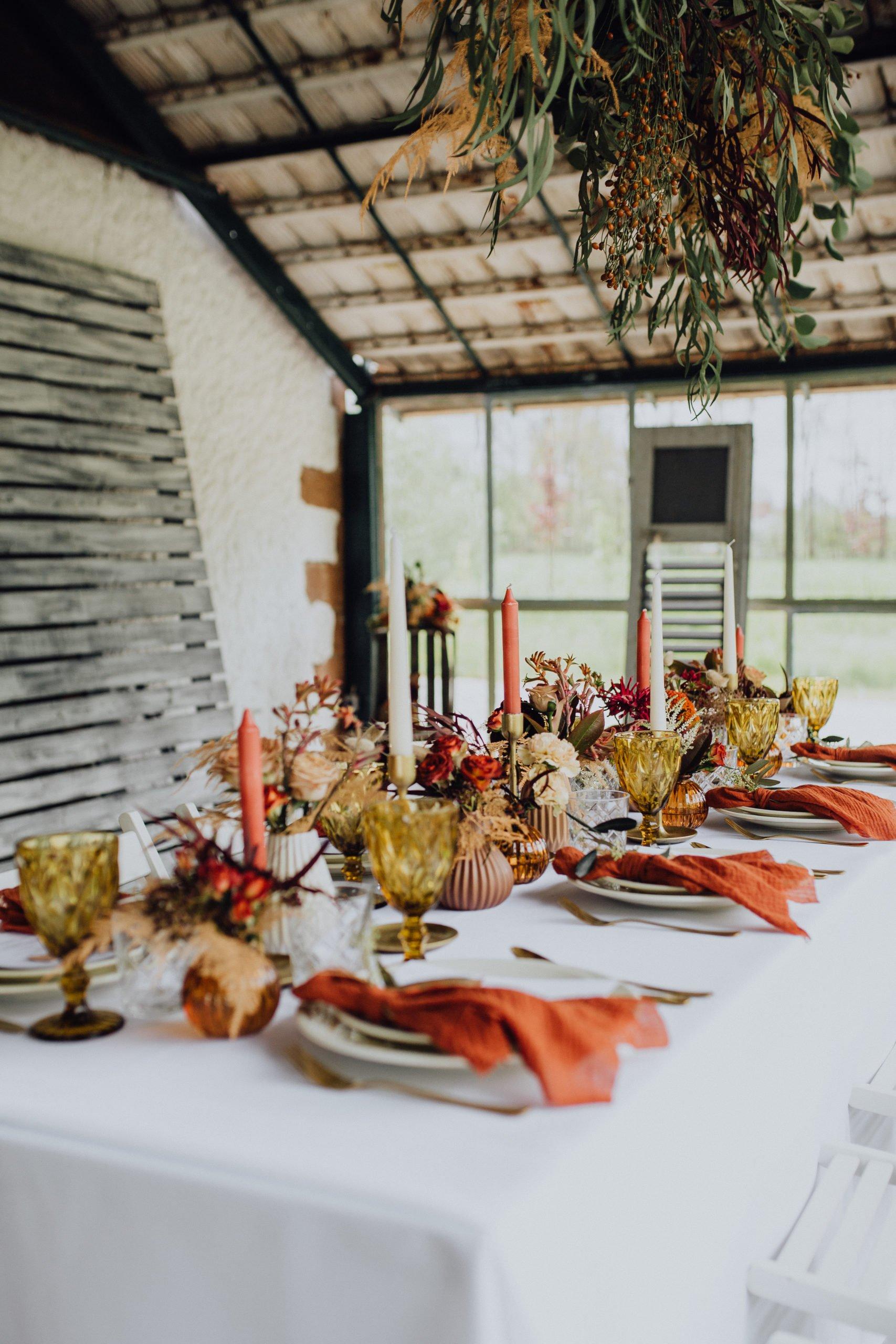 Tischdeko passend zu einer Spätsommer Hochzeit in warmen Herbsttönen
