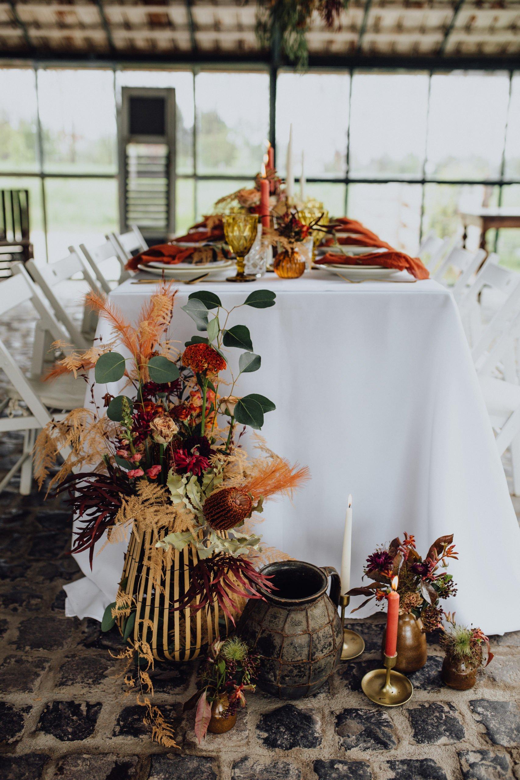 Dekoration bei der Hochzeit in warmen Herbsttönen