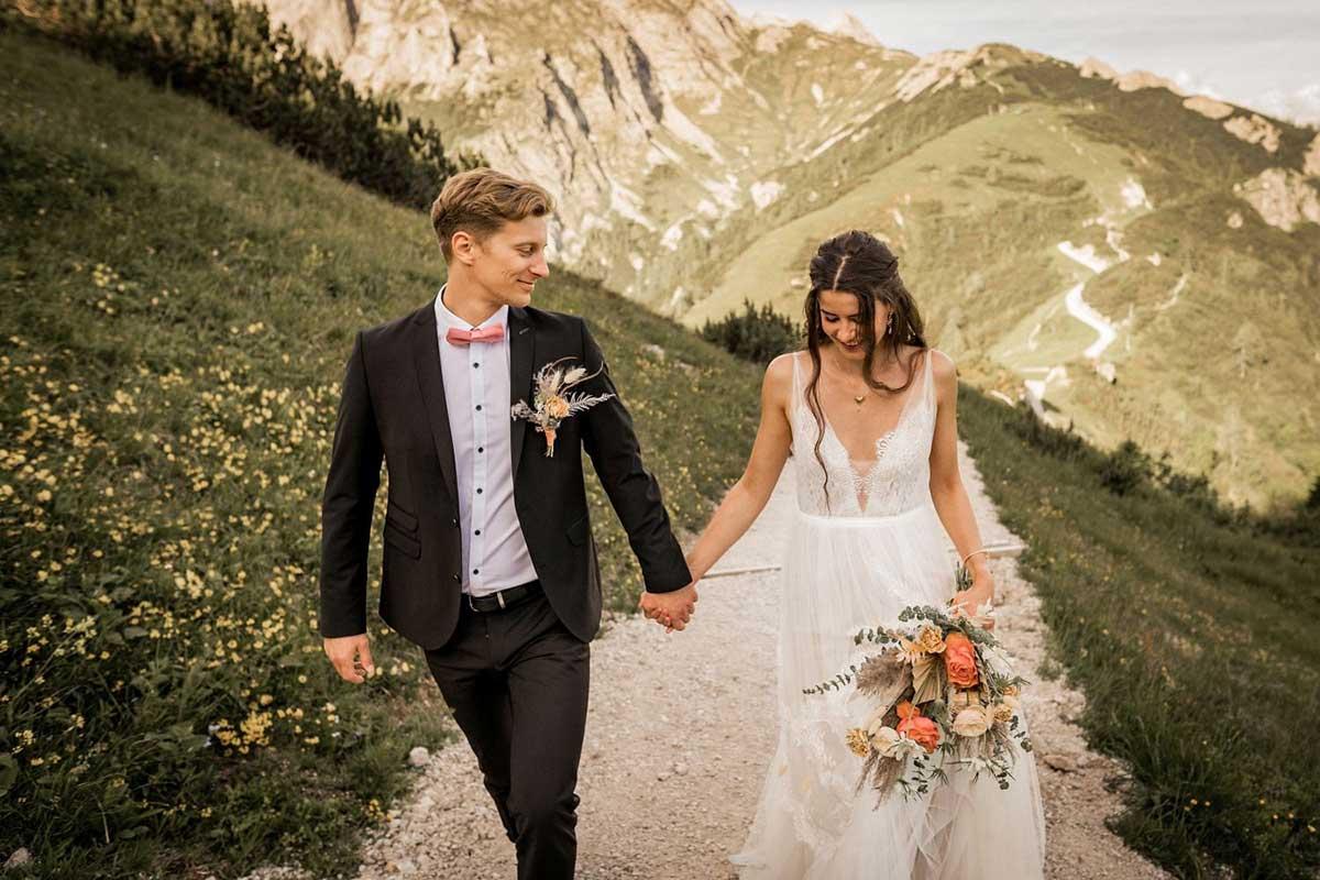Brautpaar wandert in den Bergen