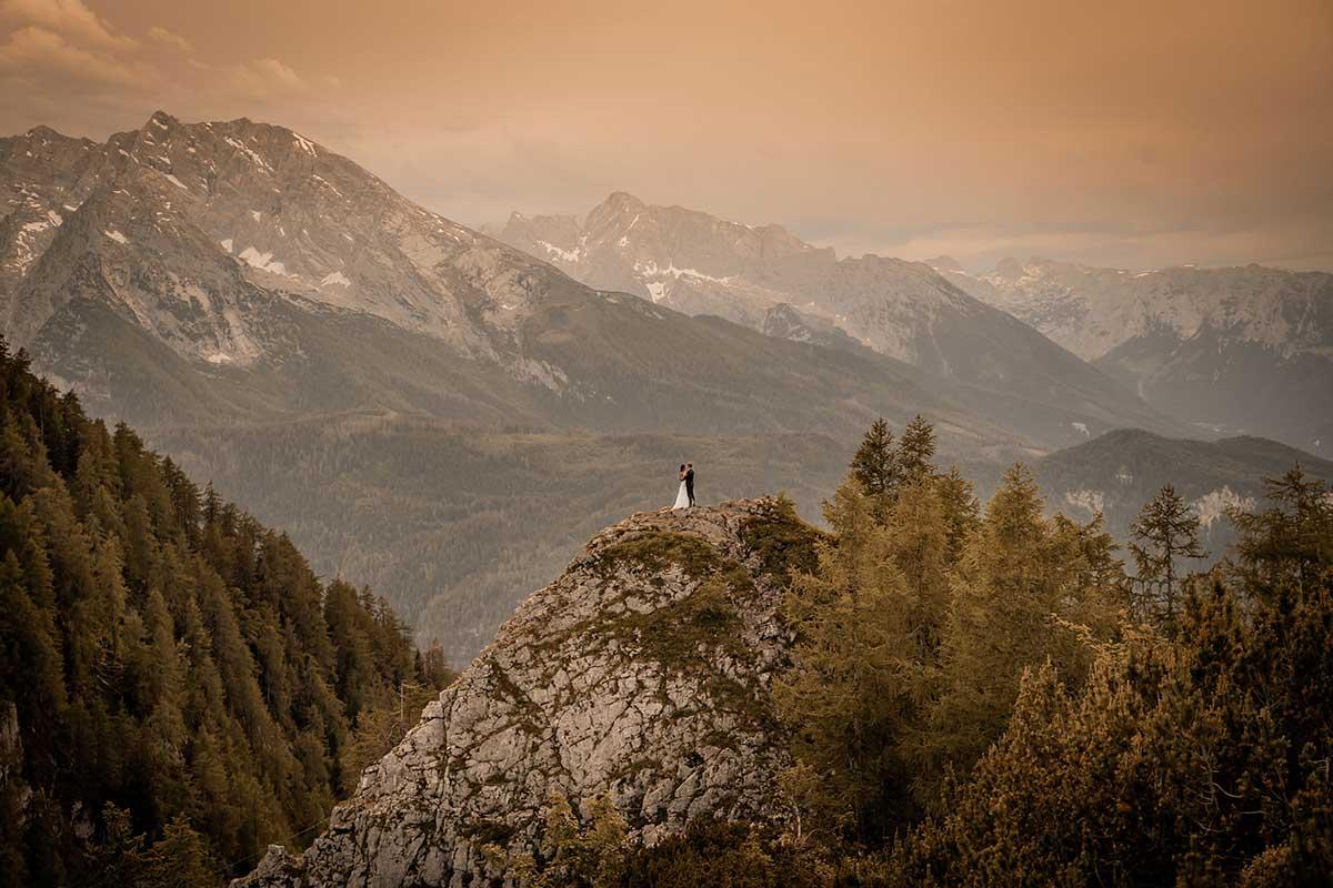 Braut und Bräutigam in den Bergen