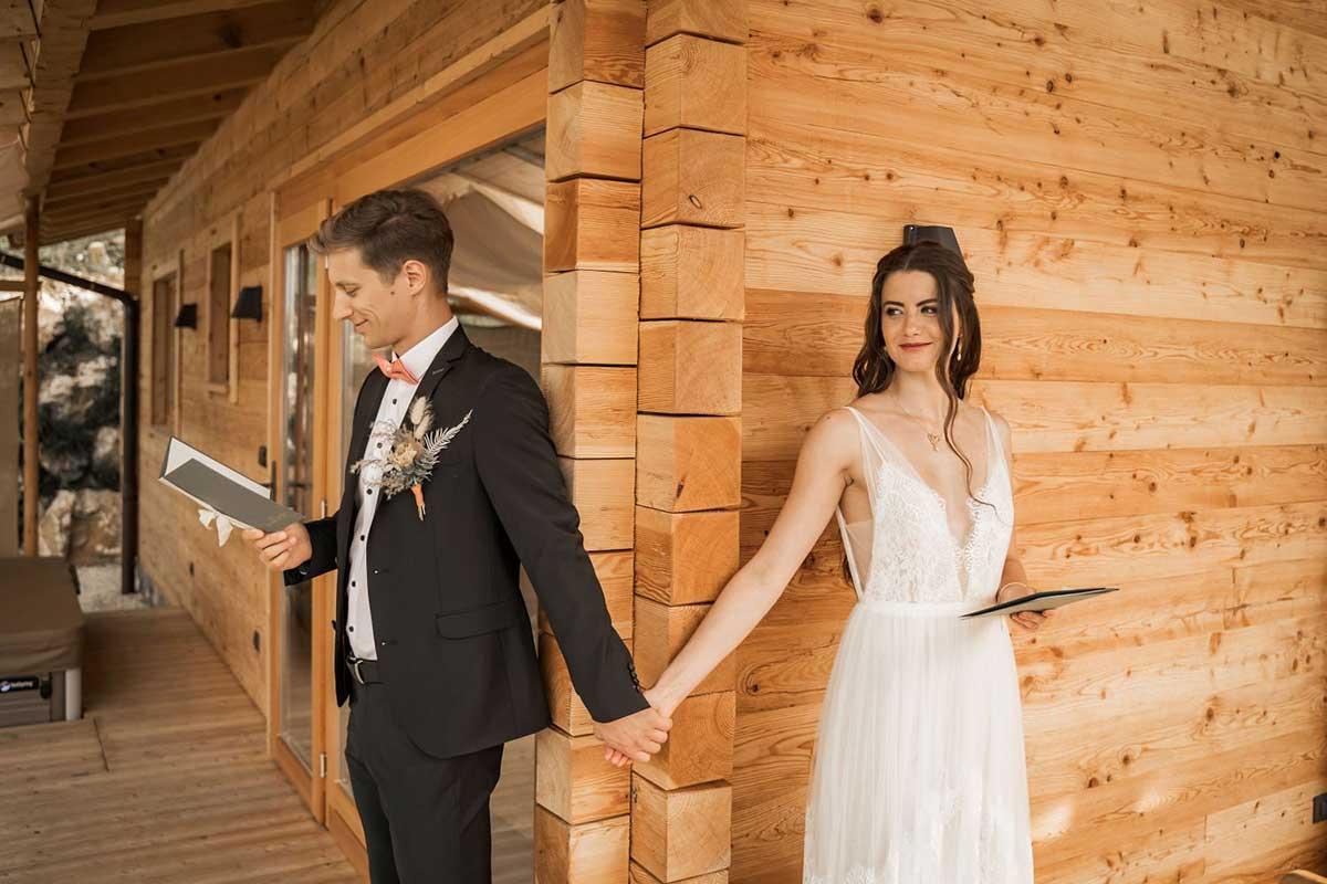Brautpaar halten Händchen